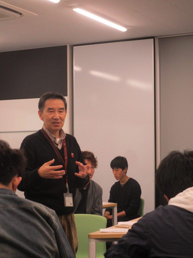 それぞれの発表に対し評価をする後藤教授