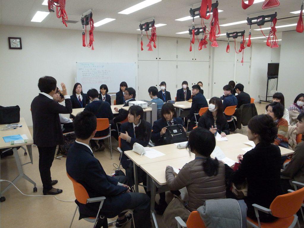 グループに分かれて事例検討を行う参加者