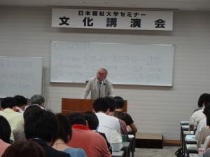 日本福祉大学セミナー文化講演会in東京で講演する二木学長