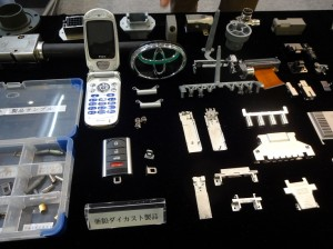 自動車のエンブレムや携帯電話の部品にも使われている技術