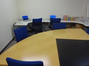 東京オフィスのパソコンで企業情報検索も可能です。